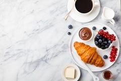 Prima colazione con il croissant con la tazza di caffè fotografia stock