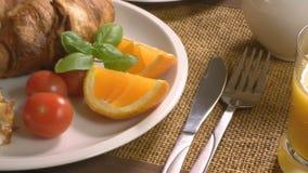 Prima colazione con il croissant e la spremuta stock footage