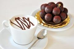 Prima colazione con il dolce di cioccolato e del cappuccino Immagine Stock