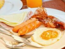 Prima colazione con il formaggio e la salsiccia dell'uovo del bacon del prosciutto fotografie stock