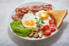 Prima colazione con il piatto delle uova fritte fotografie stock libere da diritti