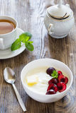 Prima colazione con il porridge e le bacche del semolino Fotografia Stock