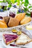 Prima colazione con l'inceppamento della prugna Immagine Stock Libera da Diritti
