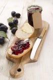 Prima colazione con l'inceppamento della prugna e del panino Fotografie Stock Libere da Diritti