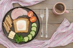 Prima colazione con l'uovo e le verdure rimescolati Immagine Stock