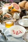Prima colazione con la cagliata ed il caffè della ricotta Immagini Stock