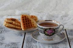Prima colazione con la tazza bianca di tè con le cialde fotografie stock