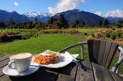 Prima colazione con la vista bella della montagna immagini stock