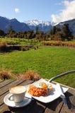 Prima colazione con la vista bella della montagna fotografia stock