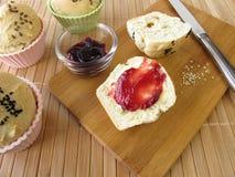 Prima colazione con le focaccine del rullo di pane Fotografie Stock