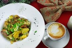 Prima colazione con le patate, i funghi ed il caffè Fotografia Stock Libera da Diritti