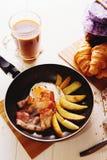 Prima colazione con le uova, bacon, patate fritte immagine stock