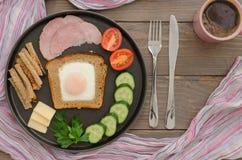 Prima colazione con le uova e le verdure rimescolate Fotografia Stock Libera da Diritti