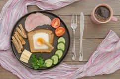 Prima colazione con le uova e le verdure rimescolate Fotografia Stock