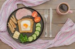 Prima colazione con le uova e le verdure rimescolate Immagine Stock