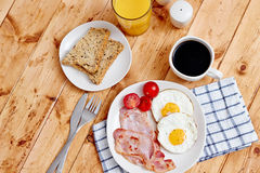 Prima colazione con le uova fritte ed il bacon Fotografia Stock Libera da Diritti