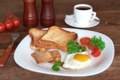 Prima colazione con le uova rimescolate Fotografia Stock