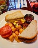 Prima colazione con pane tostato, Potatos, le uova rimescolate ed il pomodoro Fotografia Stock Libera da Diritti