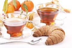 Prima colazione con tè, il croissant e la frutta Fotografie Stock Libere da Diritti