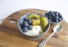 Prima colazione con yogurt e frutta Fotografie Stock Libere da Diritti