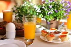 Prima colazione continentale festiva con il caviale rosso, uovo à la coque a Fotografia Stock Libera da Diritti