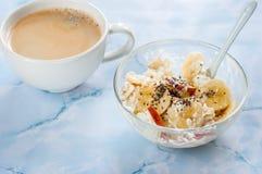Prima colazione, cottage, formaggio, acido, crema, banana su fondo bianco Immagine Stock
