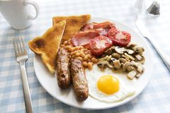 Prima colazione cucinata inglese tradizionale Fotografie Stock