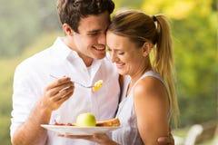 Prima colazione d'alimentazione della moglie del marito immagini stock