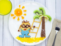 Prima colazione dei bambini con i pancake ed i frutti Eroe del fumetto Fotografia Stock Libera da Diritti