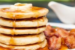 Prima colazione dei pancake e del bacon fotografia stock