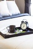 Prima colazione del caffè messa in camera da letto con la sveglia Immagini Stock Libere da Diritti