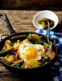Prima colazione del paese dalle patate, con bacon e le uova fritte Immagini Stock
