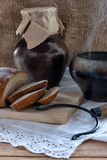 Prima colazione del paese - pane affettato, un vaso di cottura a vapore e una brocca sulla tavola di legno Fotografie Stock