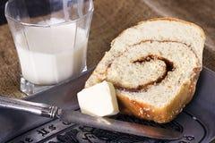 Prima colazione del pane di cannella immagini stock