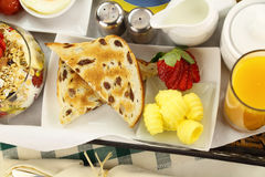 Prima colazione del pane tostato dell'uva passa Immagine Stock