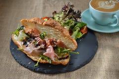 Prima colazione del panino di Rocket del croissant del bacon immagini stock