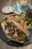 Prima colazione del panino di Rocket del croissant del bacon immagine stock libera da diritti