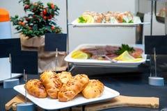 Prima colazione del primo piano su un buffet: fotografie stock libere da diritti