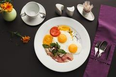 Prima colazione del ristorante con bacon e le uova fritte fotografia stock libera da diritti