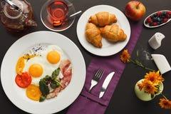 Prima colazione del ristorante con bacon e le uova fritte immagini stock