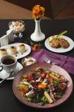 Prima colazione del ristorante con l'insalata di patata calda fotografia stock