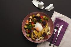 Prima colazione del ristorante con l'insalata di patata calda fotografia stock libera da diritti