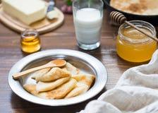 Prima colazione deliziosa con i pancake Fotografie Stock