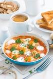 Prima colazione deliziosa con le uova di quaglia, verticali Immagini Stock