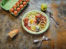 Prima colazione deliziosa con le uova fritte ed il bacon Immagini Stock