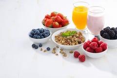 Prima colazione deliziosa e sana su fondo di legno bianco Fotografia Stock Libera da Diritti