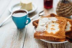 Prima colazione dell'uomo d'affari con caffè e pani tostati Fotografia Stock Libera da Diritti