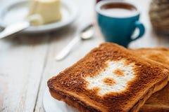 Prima colazione dell'uomo d'affari con caffè e pani tostati Immagini Stock Libere da Diritti