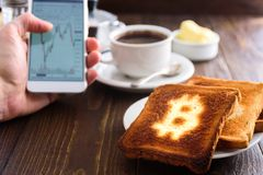 Prima colazione dell'uomo d'affari con caffè ed il telefono Immagine Stock