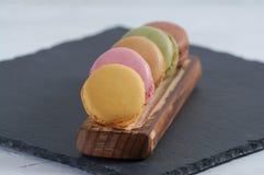 Prima colazione della stecca di legno dei macarons fotografie stock